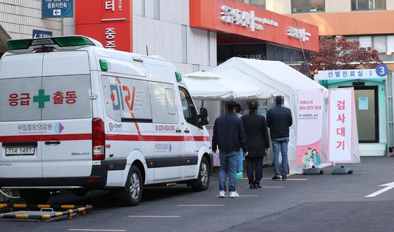 1일 오전 서울 중구 국립중앙의료원에 마련된 신종 코로나바이러스 감염증(코로나19) 선별 진료소에서 검사를 받으려는 시민들이 줄을 서고 있다. 연합뉴스