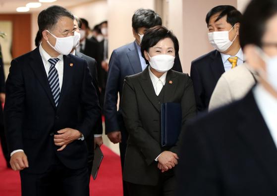 김현미 국토교통부 장관(가운데)이 1일 오전 서울 종로구 정부서울청사에서 열린 국무회의에 밝은 표정으로 참석하고 있다. 뉴스1