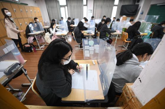 2021학년도 대학수학능력시험을 앞두고 마지막 학력평가를 치른 지난달 18일 오전 대구중앙고 3학년 교실에서 수험생들이 시험에 집중하고 있다. 뉴스1
