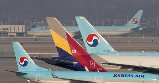 인천공한 계류장에 대한항공과 아시아나항공기가 이륙 준비를 하고 있다. 임현동 기자