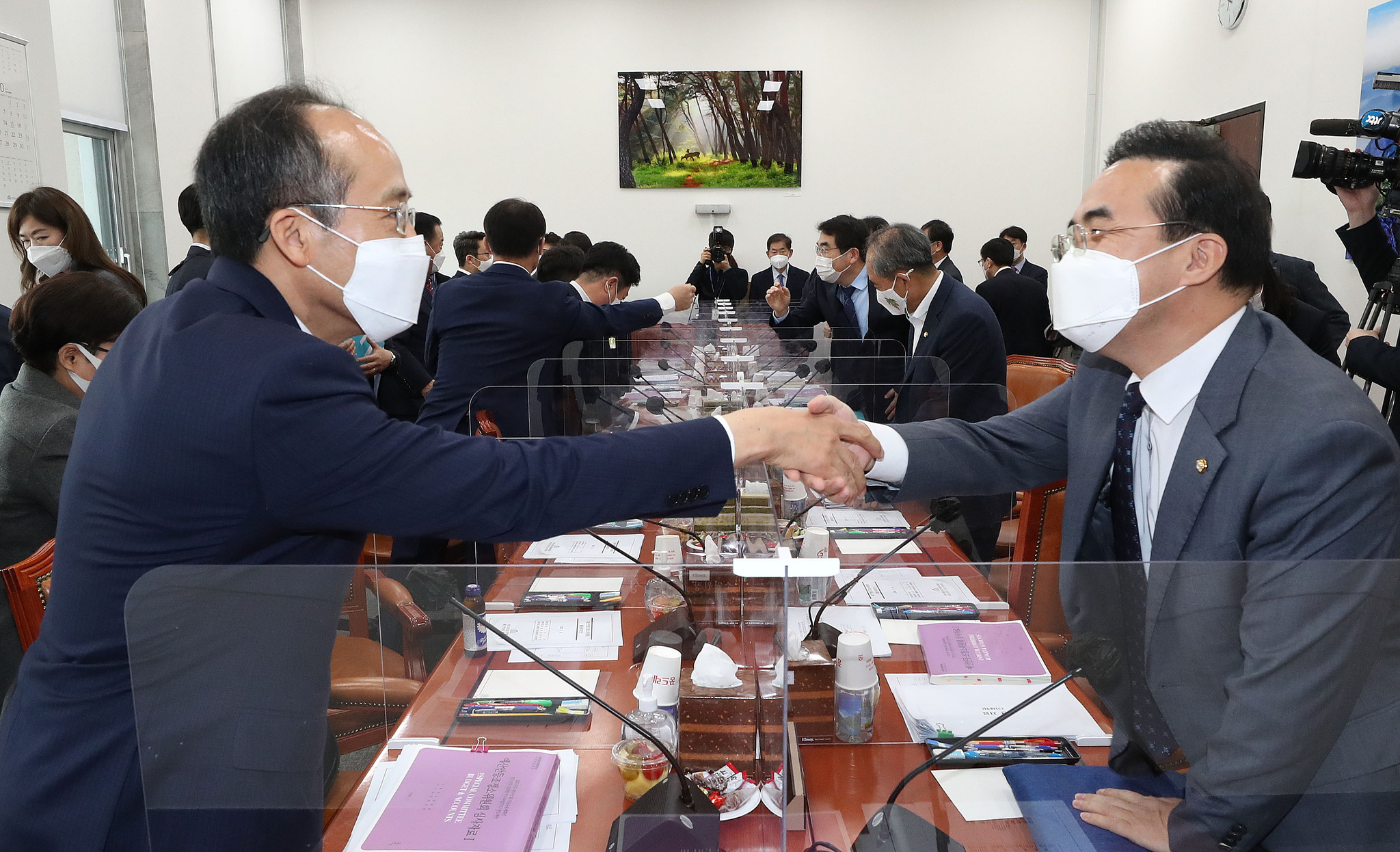 박홍근 더불어민주당 예결위 간사(오른쪽)와 추경호 국민의힘 예결위 간사. 연합뉴스