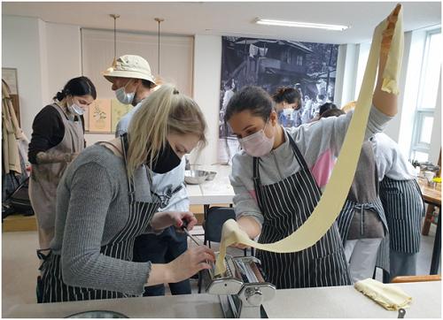피란수도 부산 쿠킹클래스에 참여한 외국인들이 부산쿠킹클래스 스튜디오에서 직접 밀면을 제면하고 있다. ⓒBUSAN COOKING CLASS