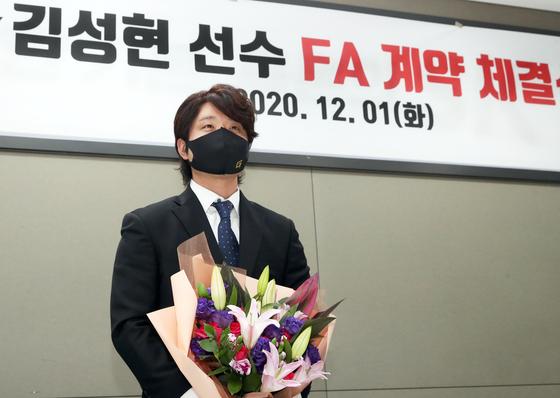 김성현이 1일 원소속구단 SK 와이번스와 2+1년 11억원에 FA 계약을 한 뒤 기념촬영을 하고 있다. [사진 SK 와이번스]