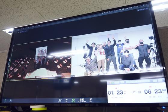 독일과 한국을 줌으로 연결해 공연하고, 이를 녹화해 온라인으로 상영한 연극 '보더라인'의 제작 장면. [사진 서울국제공연예술제]
