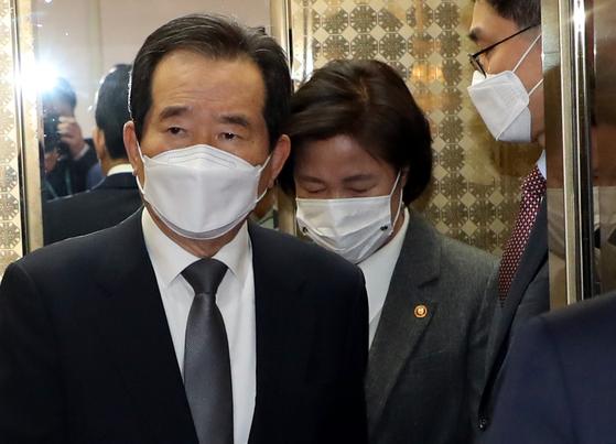 정세균 국무총리와 추미애 법무부 장관이 1일 서울 종로구 정부서울청사에서 열린 국무회의에 참석하고 있다. 뉴스1
