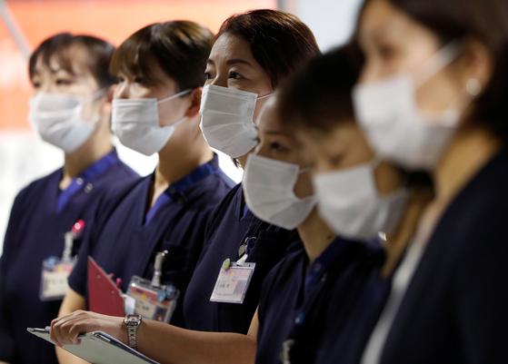 일본 나리타 국제공항 내에 설치된 코로나19 검사실에 근무하는 여성 의료진. 사진은 기사내용과 관계없음. [로이터=연합뉴스]