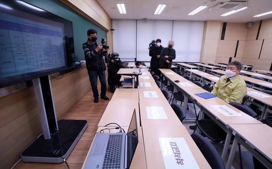 2021학년도 대학수학능력시험을 이틀 앞둔 1일 오후 서울 강남구 대치동의 한 입시학원에서 박백범 교육부 차관(오른쪽) 등 관계자들이 특별 방역점검을 하고 있다. 연합뉴스