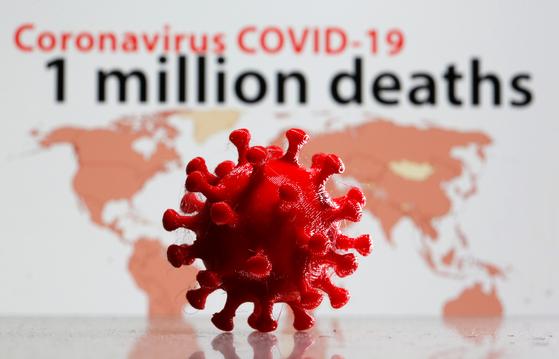 """3D 프린터로 구현한 신종 코로나바이러스 감염증(코로나19) 바이러스 입자. 미 질병통제예방센터(CDC)는 지난달 30일 """"코로나19가 지난해 12월 중순부터 미국에 존재했을 가능성이 있다""""는 연구 결과를 발표했다. [로이터=연합뉴스]"""