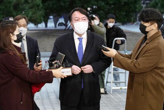 윤석열 검찰총장이 1일 오후 서울 서초구 대검찰청으로 출근해 입장을 밝히고 있다. 임현동 기자