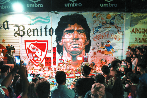 지난 11월 25일(현지시간) 아르헨티나의 수도 부에노스아이레스에 있는 디에고 아르만도 마라도나 스타디움에서 사람들이 마라도나의 벽화를 보고 있다. 로이터=연합뉴스