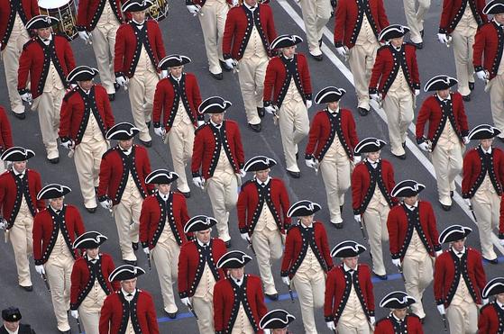 바른 자세로 걷는 노하우를 가장 많이 가지고 있는 곳이 바로 군대입니다. 일사분란하게 동작을 맞춰 행군을 해야 하기 때문에 모든 사람이 바른 자세로 걸어야 합니다. [사진 piqsels]