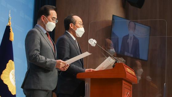 국회 예산결산특별위원회의 간사인 박홍근 더불어민주당 의원(왼쪽), 추경호 국민의힘 의원이 1일 오전 서울 여의도 국회 소통관에서 2021년 예산안 처리를 위한 합의문을 발표하고 있다. 오종택 기자
