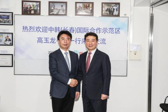 중국 공산당 장춘시 위원회 상무위원인 고옥룡 당서기(왼쪽)와 DS SLK Group의 Lee Jason 회장이 반갑게 악수를 교환하고 있다.