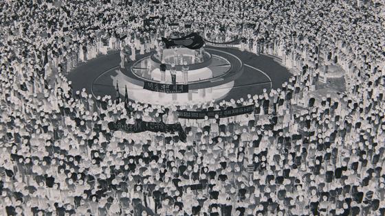 '둥글고 둥글게(Round and Around)'에서 1980년 5월 당시 광주 시민들이 전라남도청 앞 분수대에 둥글게 모여든 모습의 기록물을 흑백 반전시켜 담아낸 장면이다. [사진 한국영상자료원]