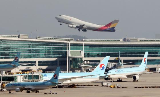 법조계에 따르면 서울중앙지법 민사합의50부는 KCGI 측이 한진칼을 상대로 낸 신주발행 금지 가처분 신청에 대해 기각했다. 이 결과에 따라 대한항공의 아시아나항공은 순조롭게 진행되게 됐다.   사진은 1일 오전 인천국제공항에 대한항공과 아시아나항공 양사 여객기들이 주기돼 있는 모습. 연합뉴스