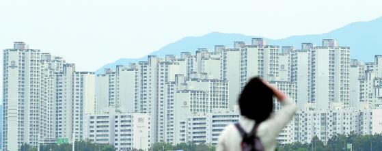 지난 10월 11일 오전 서울 잠실한강공원 일대에서 바라본 아파트 단지의 모습. 연합뉴스