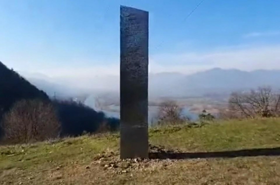 루마니아에 나타난 '의문의 기둥'. 트위터 캡처