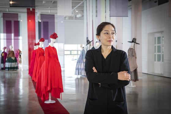 드라마 '구르미 그린 달빛' '성균관 스캔들' 등의 한복 의상을 맡았던 디자이너 이진희씨가 최근 진주 실크와 협업해 패션쇼를 개최하고 영화, 드라마 속 의상을 전시한 '한복극장전'도 열었다. 장진영 기자