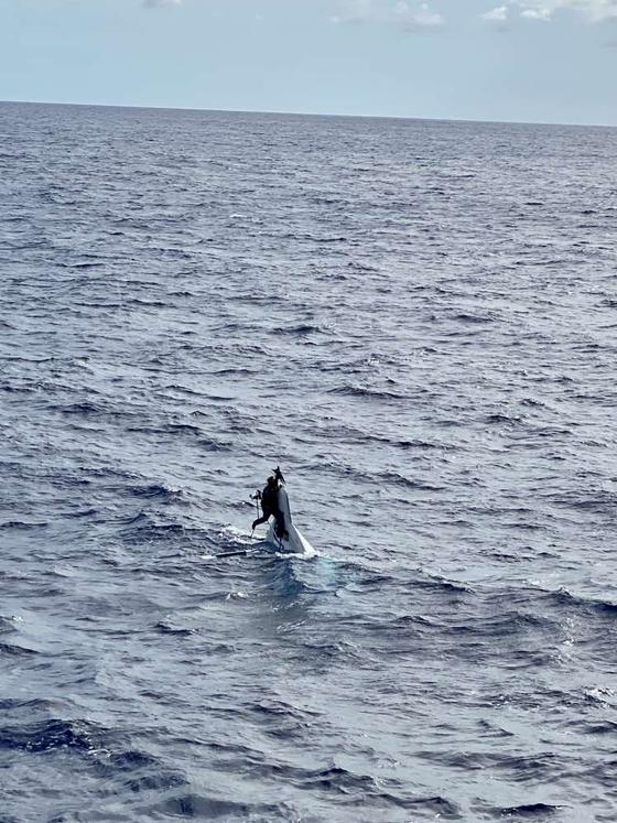 발견 당시 비와 그가 매달려 있던 선박 뱃머리의 모습. 사진 USCGSoutheast
