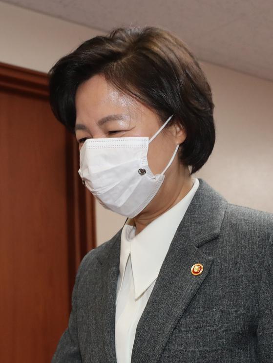 추미애 법무부 장관이 1일 오전 서울 종로구 정부서울청사에서 열린 국무회의에 참석하고 있다. 뉴스1