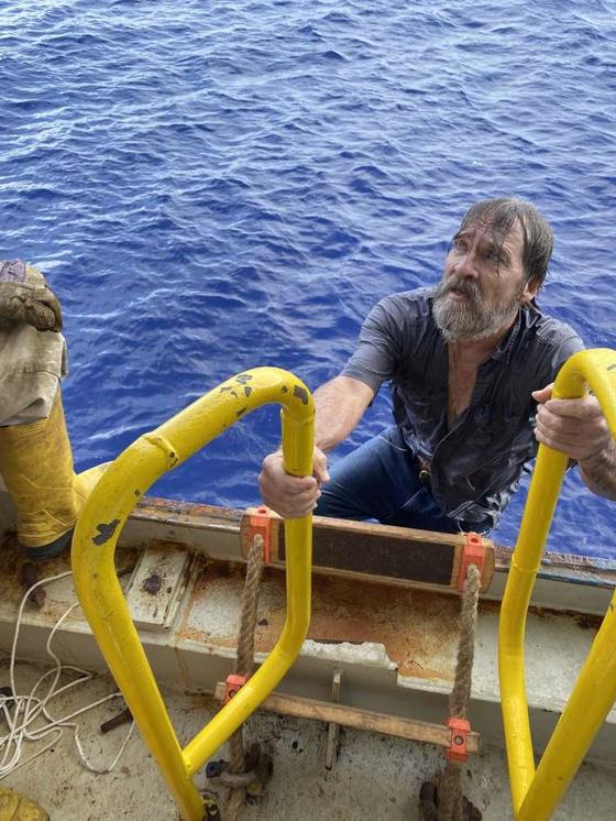 29일(현지시간) 해상에서 실종 신고된 스튜어트 비(62)가 구조돼 선박 '앤젤레스'에 오르고 있다. 사진 USCGSoutheast