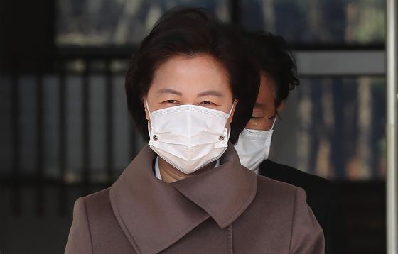 추미애 법무부 장관이 30일 점심식사를 위해 정부과천청사를 나서고 있다. [연합뉴스]