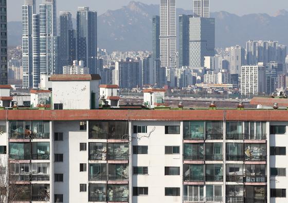 서울 강남구 삼성동에서 바라본 강남 재건축 아파트(앞쪽)와 뒤로 보이는 강북 아파트. 연합뉴스
