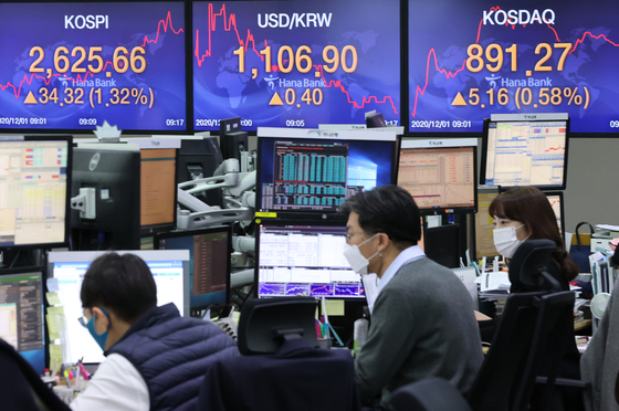 12월의 첫날 코스피가 반등세로 출발했다. 서울 중구 하나은행 딜링룸 모습. 연합뉴스