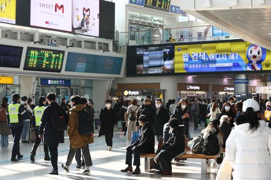 전국철도노조가 태업(준법투쟁)에 돌입한 지난달 27일 서울역 대합실에서 열차 이용객들이 지연된 열차를 기다리고 있다. 연합뉴스