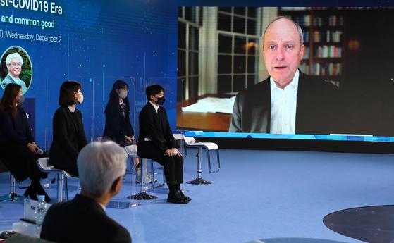 '제19차 국제반부패회의(IACC)' 특별세션에서 미 하버드대 마이클 샌델 교수(화면 오른쪽)가 김선욱 숭실대 교수와 대담을 하고 있다. 연합뉴스