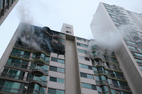 1일 오후 4시 37분쯤 경기도 군포시 산본동의 15층짜리 아파트 12층에서 불이 났다. 이 불로 4명이 숨지고 1명이 중상, 6명이 경상을 입었다. 경기도소방재난본부