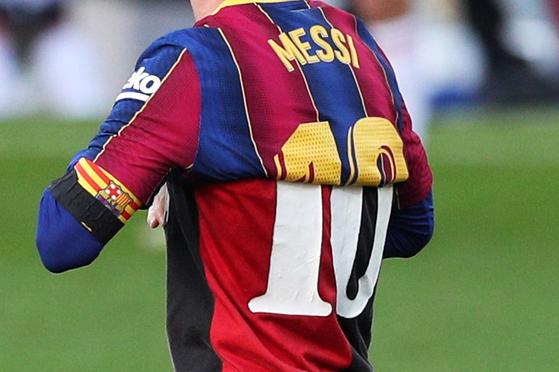 지난달 29일 오사수나전에서 골을 넣고 바르셀로나 유니폼을 벗어 마라도나를 기리는 메시. 속에 입은 유니폼은 마라도나가 뉴웰드 올드 보이스 시절 입었던 유니폼이다. [로이터=연합뉴스]