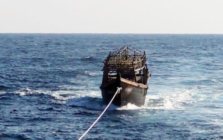 지난해 11월 8일 오후 해군이 동해상에서 북한 목선을 북측에 인계하기 위해 예인하고 있다. 해당 목선은 16명의 동료 승선원을 살해하고 도피 중 군 당국에 나포된 북한 주민 2명이 승선했던 목선으로, 탈북 주민 2명은 전날 북한으로 추방됐다. 연합뉴스