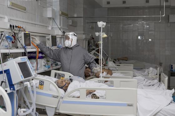 지난달 20일 러시아 부랴티아의 지역 수도 울란우데에 있는 병원 중환자실에서 의료진이 인공 폐 호흡을 하고 있는 환자를 살펴보고 있다. 러시아는 최근 코로나바이러스가 다시 번지면서 의료 시스템이 심각한 압박을 받고 있다. [AP=연합뉴스]
