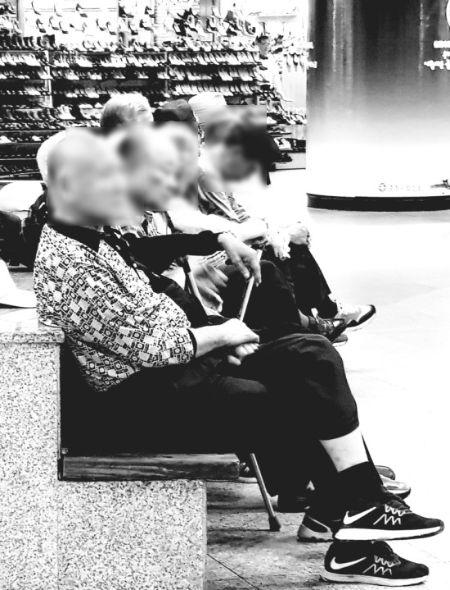 소일거리 없이 하루종일 지하상가 의자에 앉아있는 노인들. 열정이 식으면 마땅히 할 일이 없어진다. [사진 한익종]