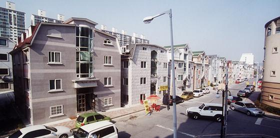 경기도 수지택지2지구 단독주택촌의 원룸형 다가구 주택. 소형 원룸이지만 현행법상 5층 이상의 도시형생활주택은 공동주택(아파트)으로 분류된다. [중앙포토]