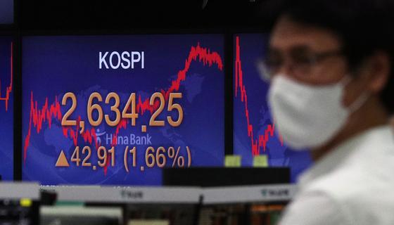 코스피가 사상 최고치를 기록한 지난 1일 오후 서울 중구 명동 하나은행 딜링룸 전광판에 코스피 지수가 전일대비 42.91p(1.66%) 오른 2634.25를 나태내고 있다. 뉴스1