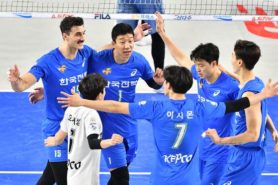 2일 천안 유관순체육관에서 열린 현대캐피탈과 경기에서 득점을 올린 뒤 환호하는 한국전력 선수들. [사진 한국배구연맹]