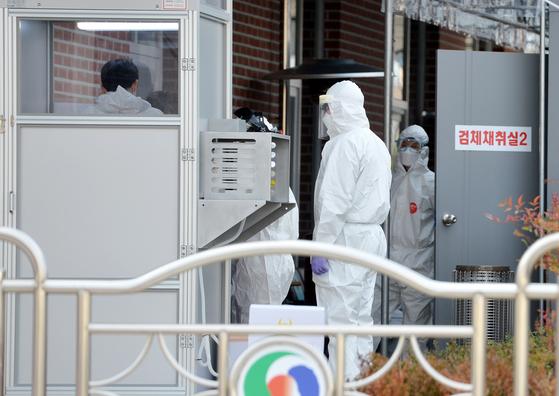 신종 코로나바이러스 감염증(코로나19)이 전국으로 일파만파 확산하고 있는 가운데 2일 오후 충북의 한 보건소에 마련된 코로나19 선별진료소에서 의료진들이 방문한 시민들을 검사하고 있다. 김성태 기자