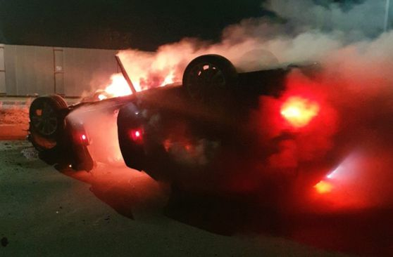 1일 오후 10시 46분 부산 강서구 명지동 강서경찰서 인근 도로에서 전복된 차량에 불이 붙어 있는 모습. 사진 부산경찰청