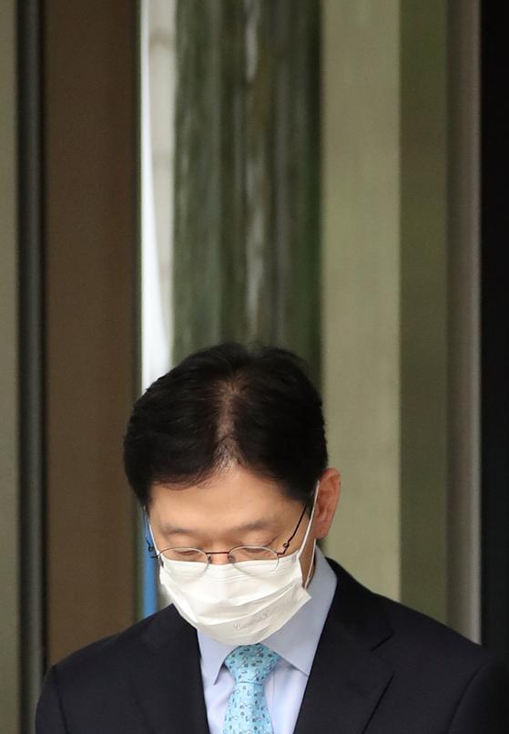 김경수 경남지사가 지난달 6일 서울고등법원에서 열린 항소심 선고공판에서 실형을 받은 뒤 건물을 나서고 있다. [연합뉴스]