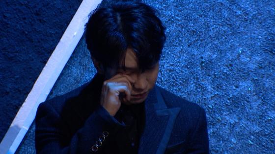 '싱어게인' 진행을 맡은 17년차 가수 이승기가 출연자 노래를 듣고 눈물을 흘리고 있다. [사진 JTBC]