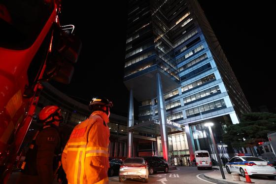 지난달 10일 오후 서울 강남구 아셈타워에 폭발물이 설치됐다는 신고가 들어와 119 소방대원들이 출동했다. 연합뉴스