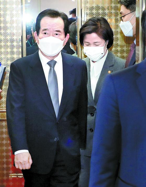 정세균 국무총리(왼쪽)와 추미애 법무부 장관이 1일 정부서울청사에서 열린 국무회의에 참석하고 있다. 정 총리는 국무회의에 앞서 자신의 집무실에서 추 장관과 10여 분간 독대했다. 김성룡 기자