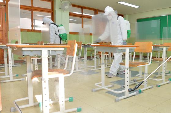 2021학년도 대학수학능력시험(수능)을 이틀 앞둔 1일 오후 방역팀이 경북 포항지역 시험장인 장성고등학교 시험실 곳곳을 소독하고 있다. [뉴스1]