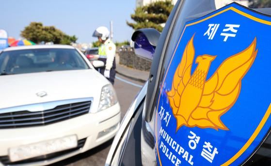 제주도의 주요관광지 중 한곳인 용두암에서 제주 자치경찰이 불법주차차량을 대상으로 지도·단속에 나서고 있다.프리랜서 장정필