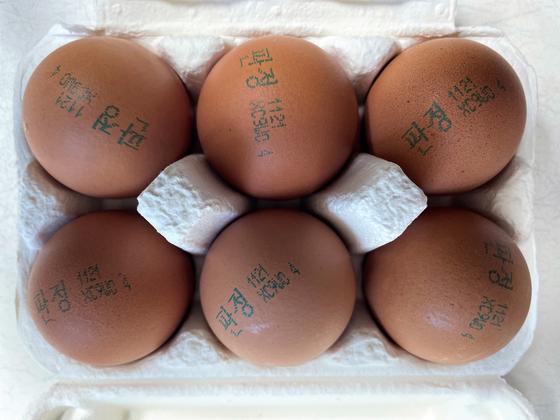 마켓컬리가 최근 판매를 시작한 스마트팜 4번 달걀. 맨 끝에 좁은 케이지에서 사육했다는 뜻의 숫자 4가 표시돼 있다. 천권필 기자