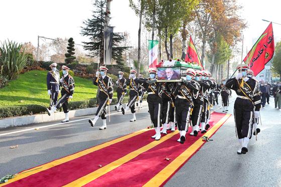 지난달 30일(현지시간) 이란 군 장병들이 테헤란에서 열린 핵 과학자 모센 파흐리자데의 장례식 행사에서 운구하고 있다. 파흐리자데는 지난달 27일 차량을 타고 이동하던 중 총격으로 사망했다. 이란은 그를 '순교자'로 부르며 배후로 이스라엘을 지목했다. [AP=연합뉴스]
