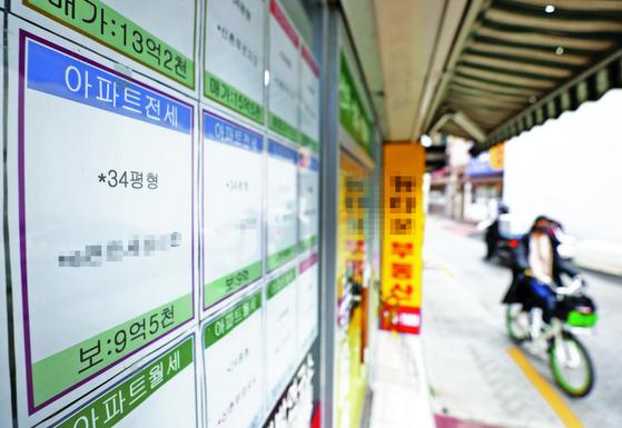지난달 전국 주택 전셋값이 7년여 만에 최대 폭으로 상승했다. 사진은 전·월세 매매 안내문이 게재된 서울의 한 부동산 모습. [연합뉴스]
