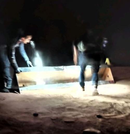 미국 유타주 사막에서 금속기둥 뽑는 작업을 하고 있는 남성들. 로스 버나즈 트위터 캡처